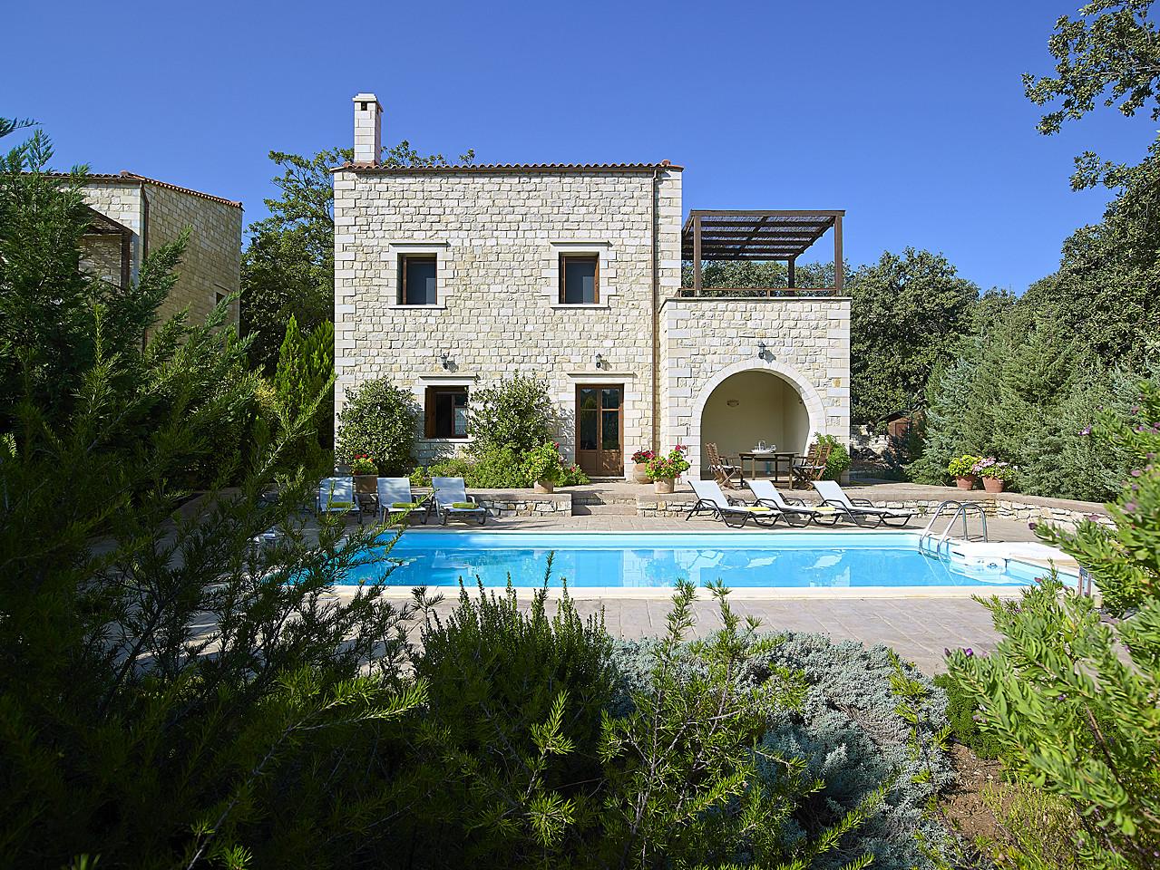 location de maison en cr te avec piscine dans une oliveraie vederi rethymnon guest inn. Black Bedroom Furniture Sets. Home Design Ideas